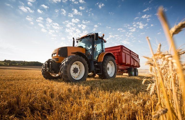 Rimorchi agricoli: doppio obbligo di targa e targa ripetitrice